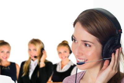 Obsługa klienta z telefonem w roli głównej.